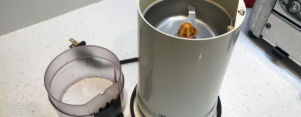Molinillo De Café Y Semillas Eléctrico Sobre Repisa De Cocina