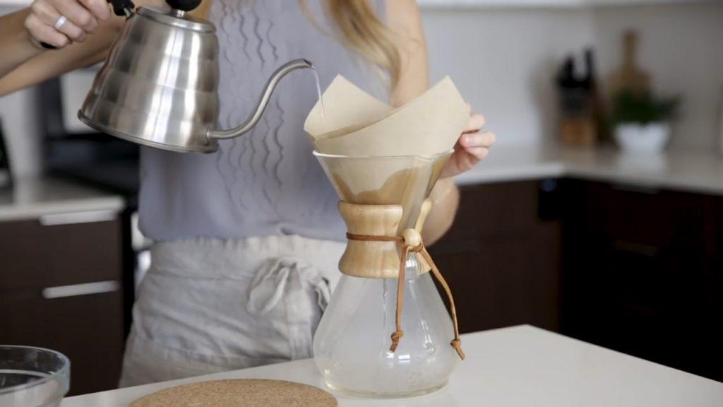 cómo hacer café en chemex paso 2 limpiar filtro