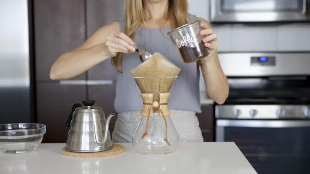 cómo hacer café en chemex paso 3 colocar café