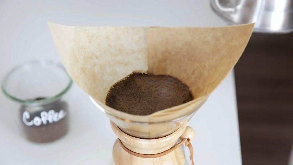 cómo hacer café en chemex paso 4 pre-infusión