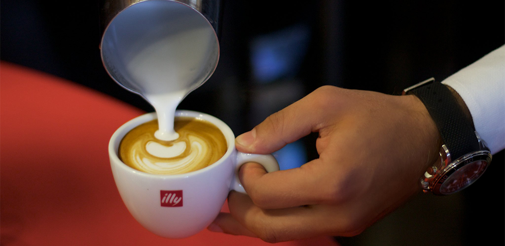 Barista Profesional Realizando El Proceso De Decoración Del Café Mediante La Técnica De Latte Art