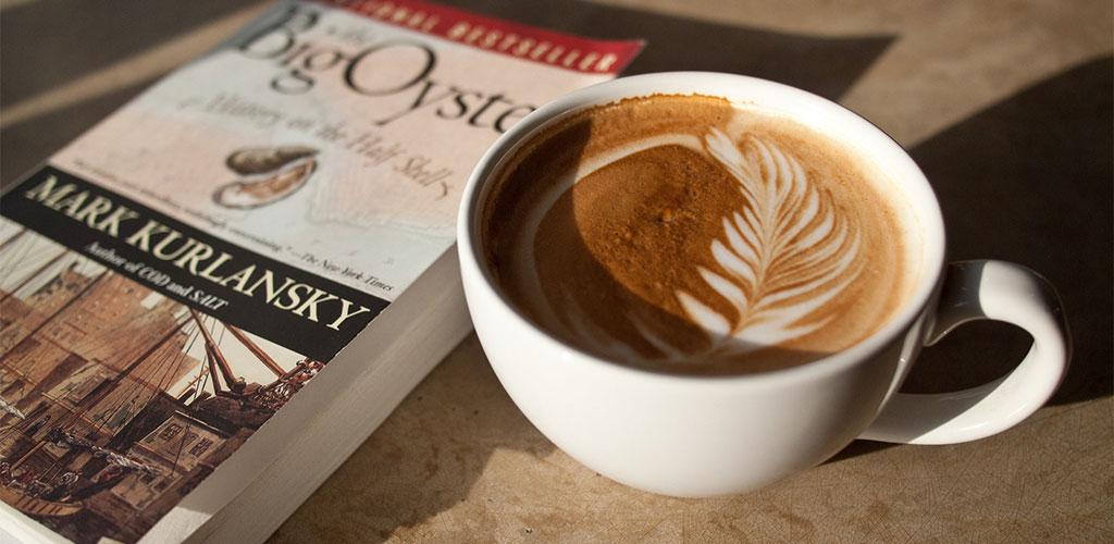Taza De Café Decorada Con La Técnica Del Arte Latte Por Un Barista Profesional