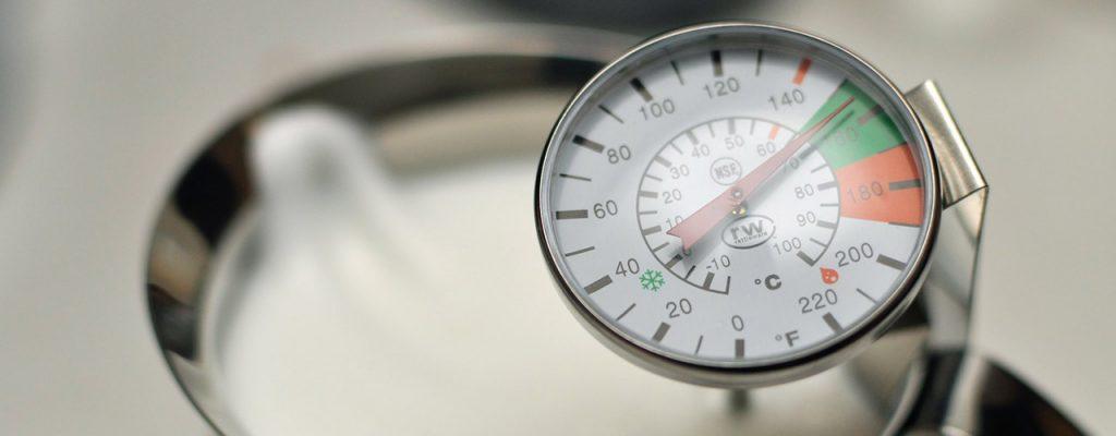 Termómetro Analógico Midiendo La Temperatura De La Leche Para La Preparación De Un Cappuccino