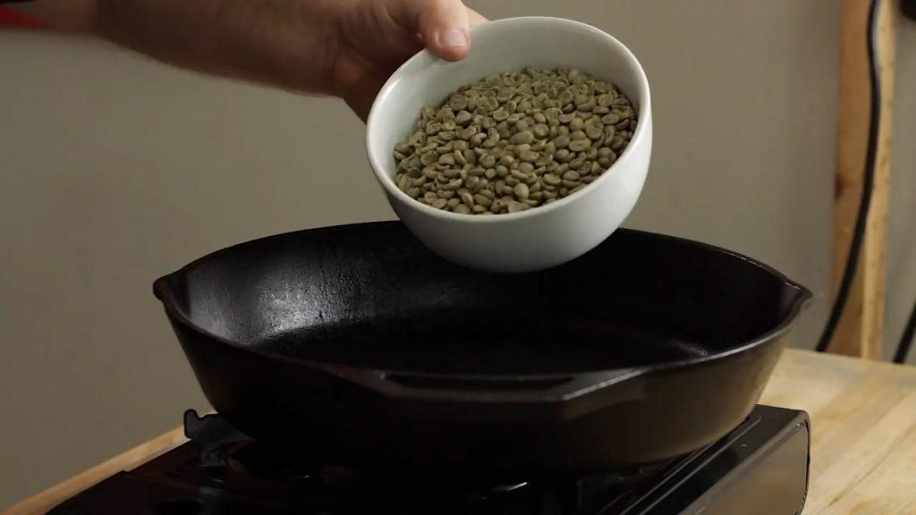 Colocando Café Verde En Una Sartén Para Tostar Método Casero