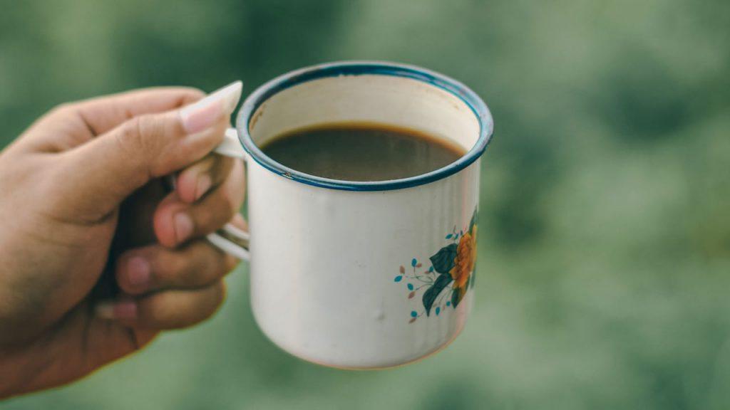 Mano Sosteniendo Una Taza De Café