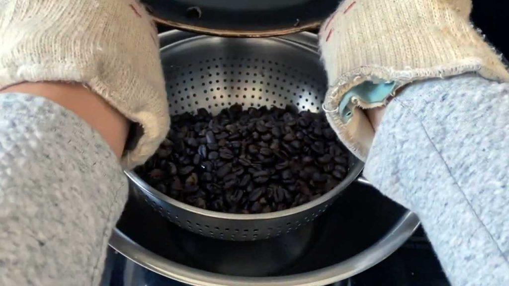 Paso 4 Pasar Los Granos De Café Tostados A Un Colador De Cocina