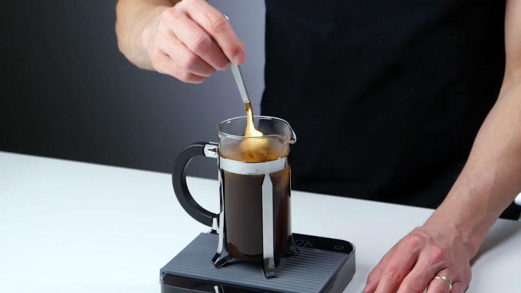 Removiendo El Café Y El Agua Dentro De Una Cafetera De Émbolo