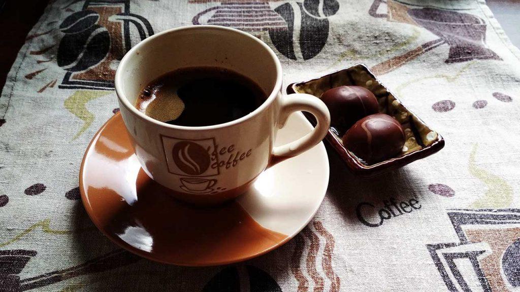Taza De Café Caliente Sobre Mesa Con Mantel