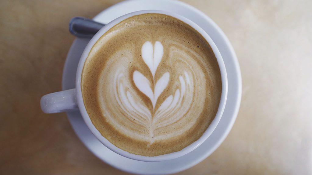 Taza De Café Latte Decorado Con Una Flor