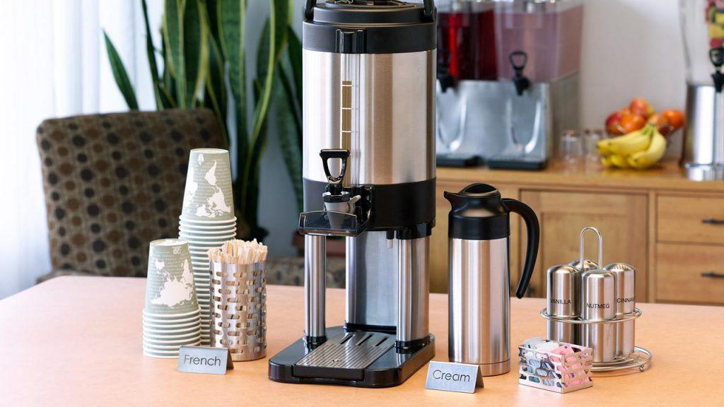 Servicio De Cafetera Sobre Una Mesa De Una Oficina