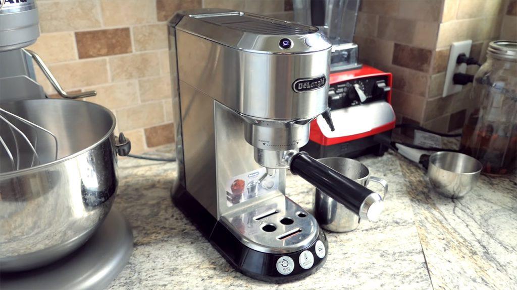 Máquina De Café Espresso Sobre Encimera De Una Cocina