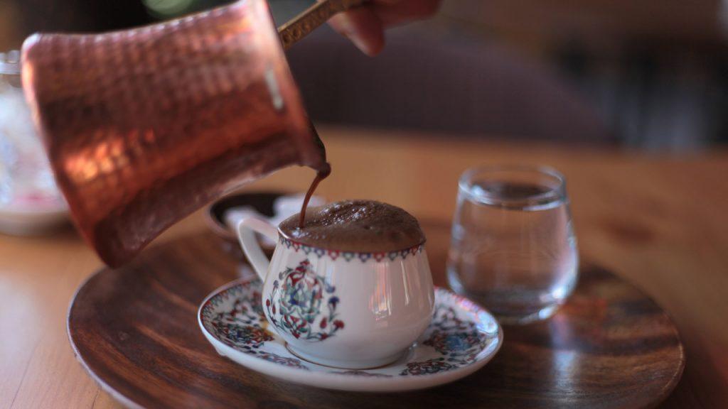 Sirviendo Café Preparado Con El Método Turco En Taza De Cerámica
