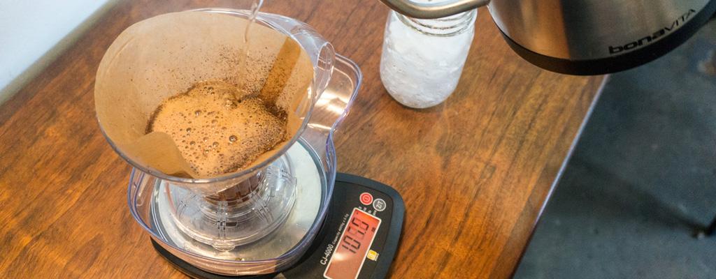 Barista Pesando La Preparación De Café En Una Báscula Profesional