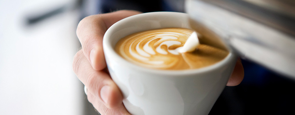 Jarras De Leche Para Latte Art Barista Vertiendo Leche En Una Taza De Café
